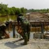 Prajurit Berkutat Dengan Banjir Rob Selama Pembangunan Jembatan